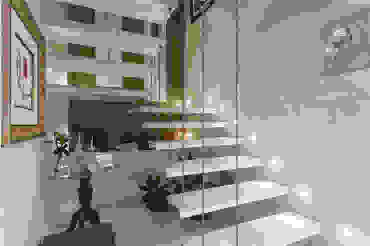 Pasillos, vestíbulos y escaleras modernos de Maria Julia Faria Arquitetura e Interior Design Moderno