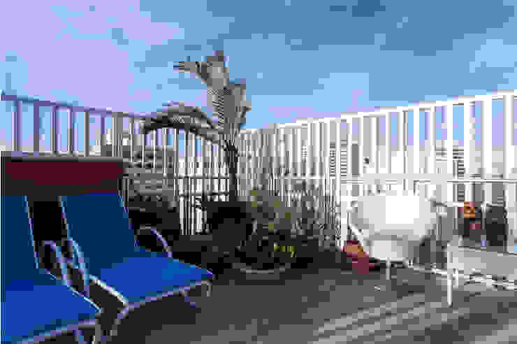 Modern style balcony, porch & terrace by Maria Julia Faria Arquitetura e Interior Design Modern