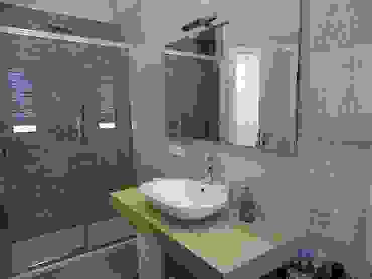 Bagno con doccia Bagno moderno di NicArch Moderno