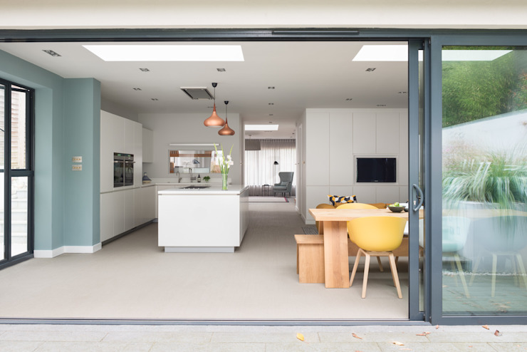 Open plan kitchen and dining SWM Interiors & Sourcing Ltd Cocinas de estilo moderno