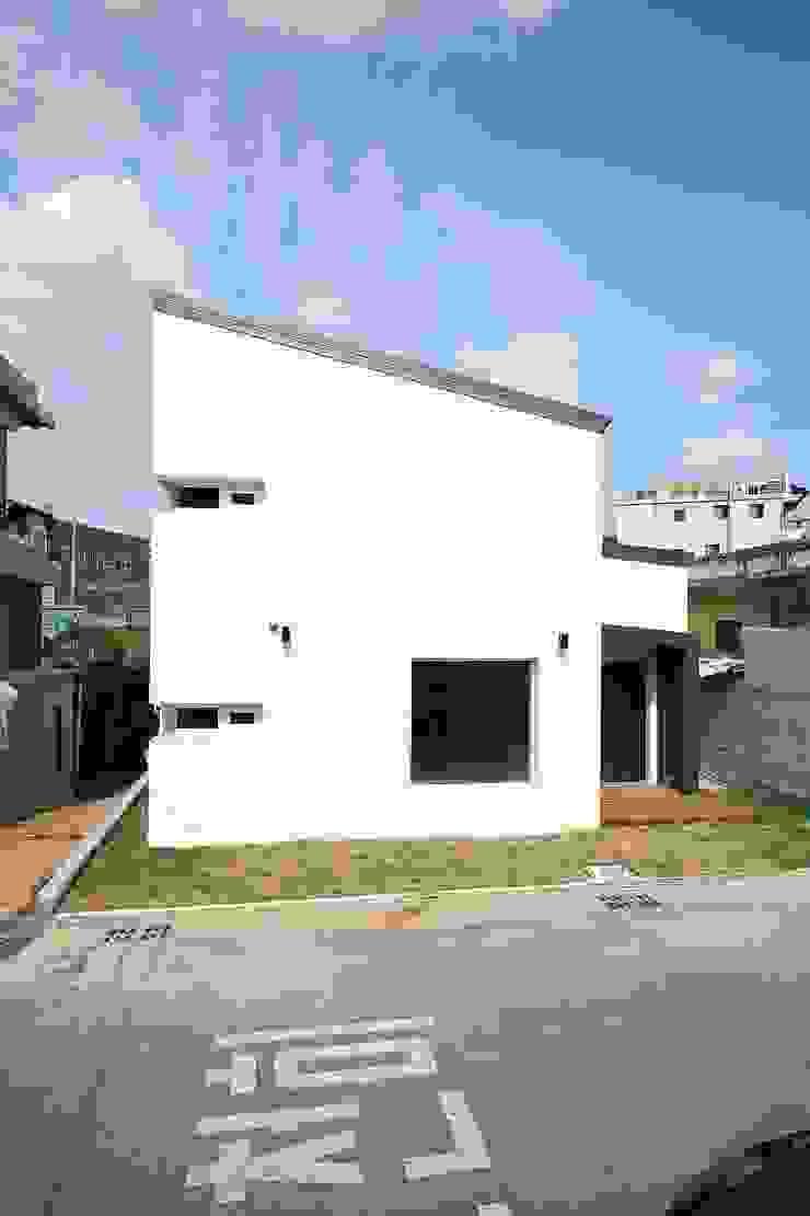 """interior & architecture by INARK 인아크 건축 설계 인테리어 디자인 대구 평리동 """"까꿍하우스"""" 모던스타일 주택 by inark [인아크 건축 설계 디자인] 모던"""