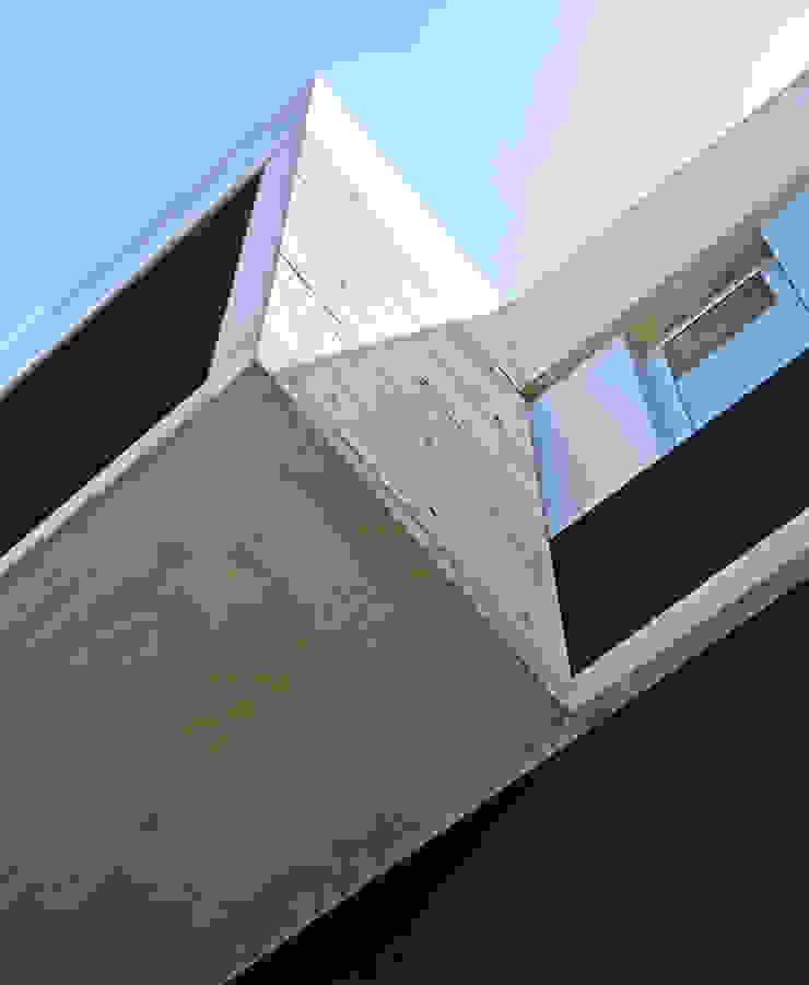 Caja voladora Casas de estilo moderno de F2M Arquitectos Moderno Hormigón