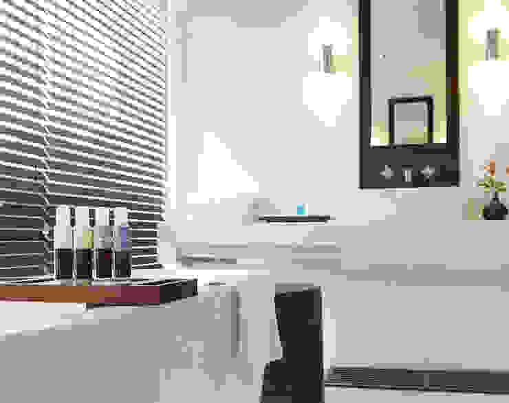 Bathroom Tropical style hotels by Deirdre Renniers Interior Design Tropical