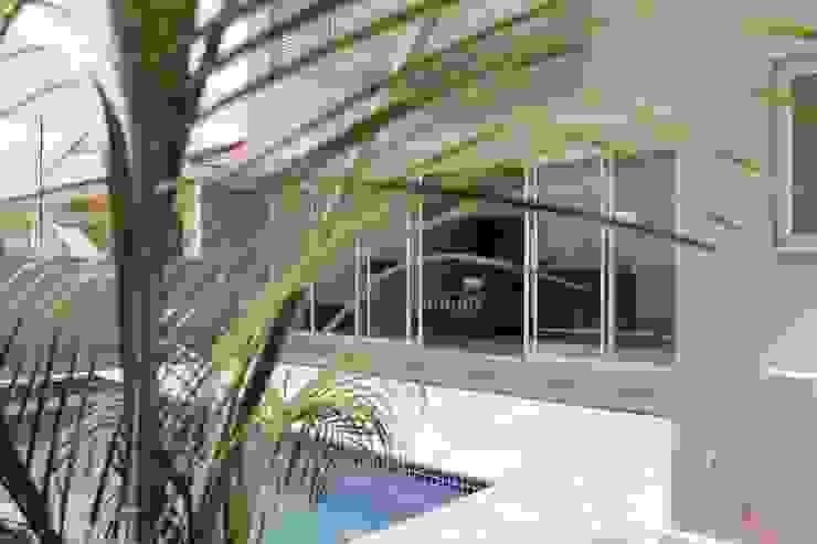 トロピカルスタイルの プール の Lozí - Projeto e Obra トロピカル