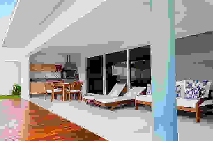 Minimalist balcony, veranda & terrace by Lozí - Projeto e Obra Minimalist