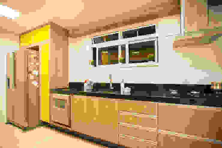 Cocinas de estilo moderno de L2 Arquitetura Moderno Derivados de madera Transparente