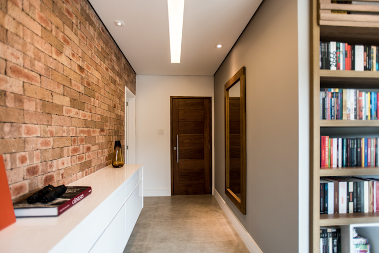 Modern Corridor, Hallway and Staircase by L2 Arquitetura Modern Bricks