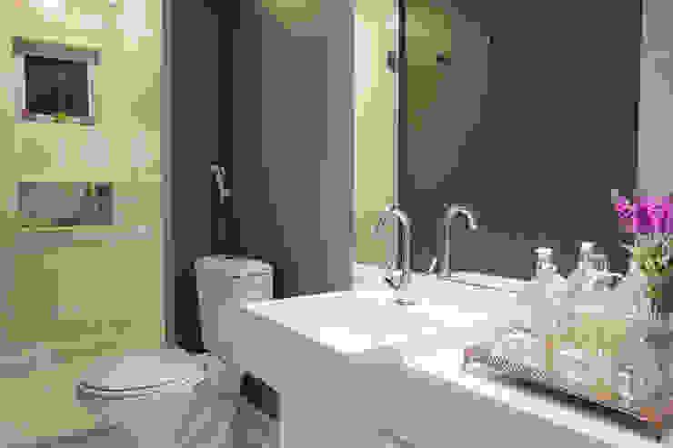 Banheiro Apartamento PR Ocapi Arquitetura Banheiros modernos Branco