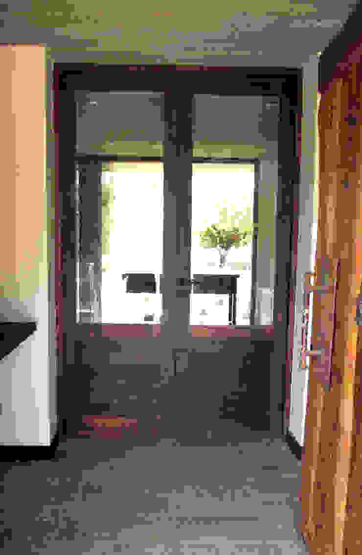 Puerta de acceso e interior de duelas. Ignisterra S.A. Puertas y ventanas rústicas Madera Marrón