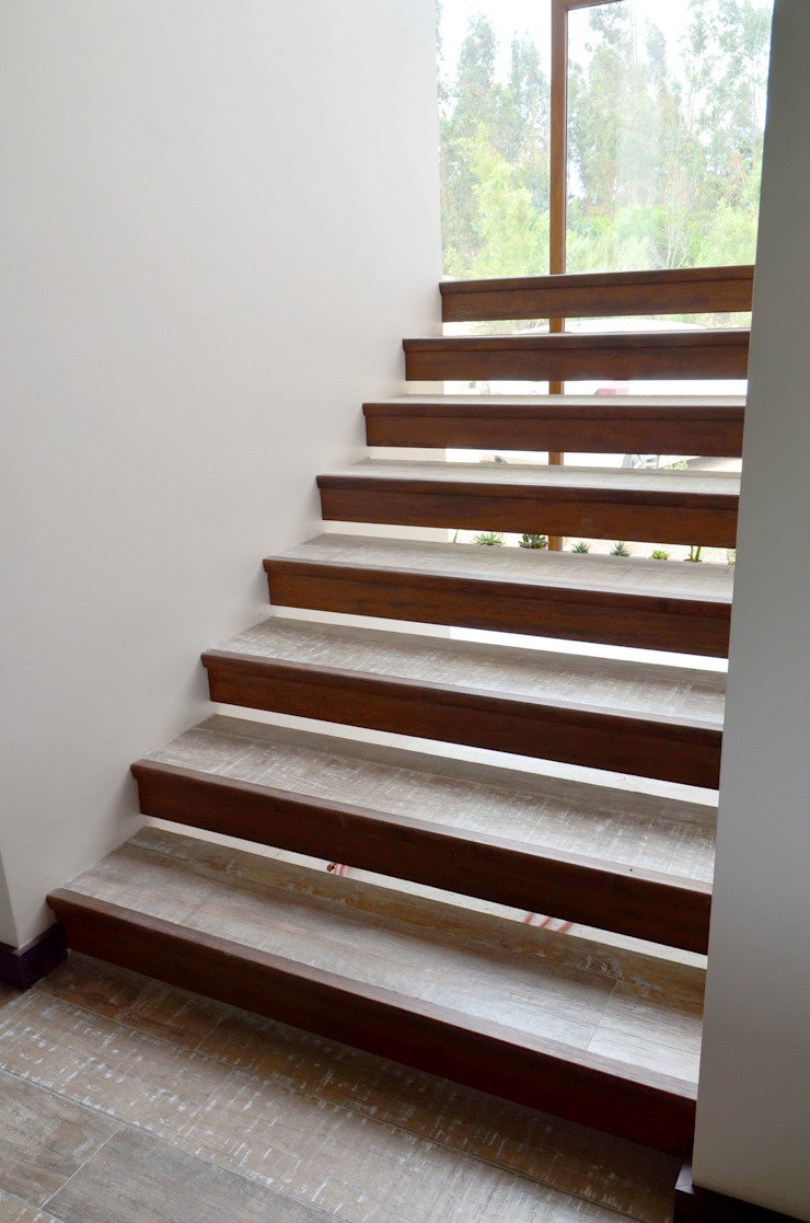 Escalera en base a duelas. Ignisterra S.A. Paredes y pisos de estilo rústico Madera Marrón