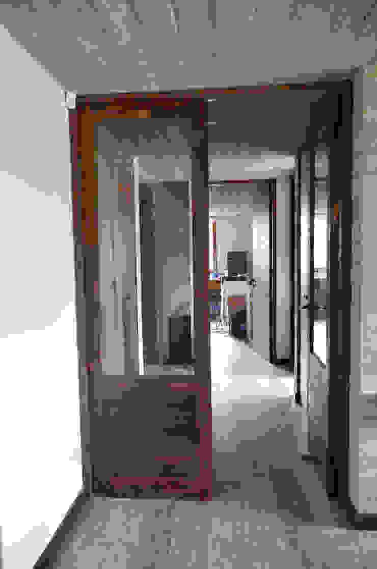 Puerta interior y piso de duelas. Ignisterra S.A. Puertas y ventanas rústicas Madera Marrón