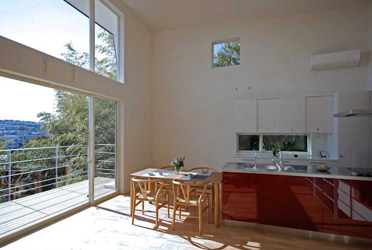 Modern dining room by SUR都市建築事務所 Modern Solid Wood Multicolored