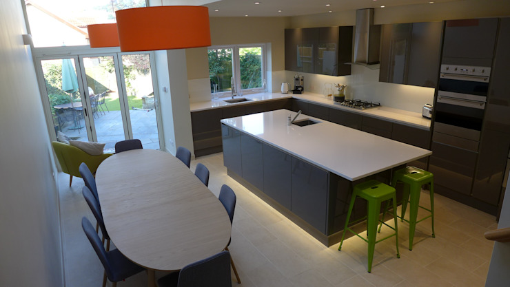 Gloss grey kitchen in open plan kitchen diner Moderne Küchen von Style Within Modern