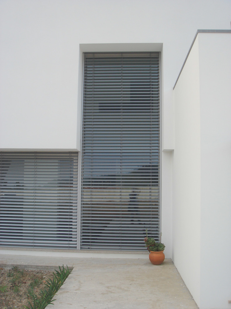 Casa L Janelas e portas minimalistas por Arquitecto Aguiar Minimalista Alumínio/Zinco