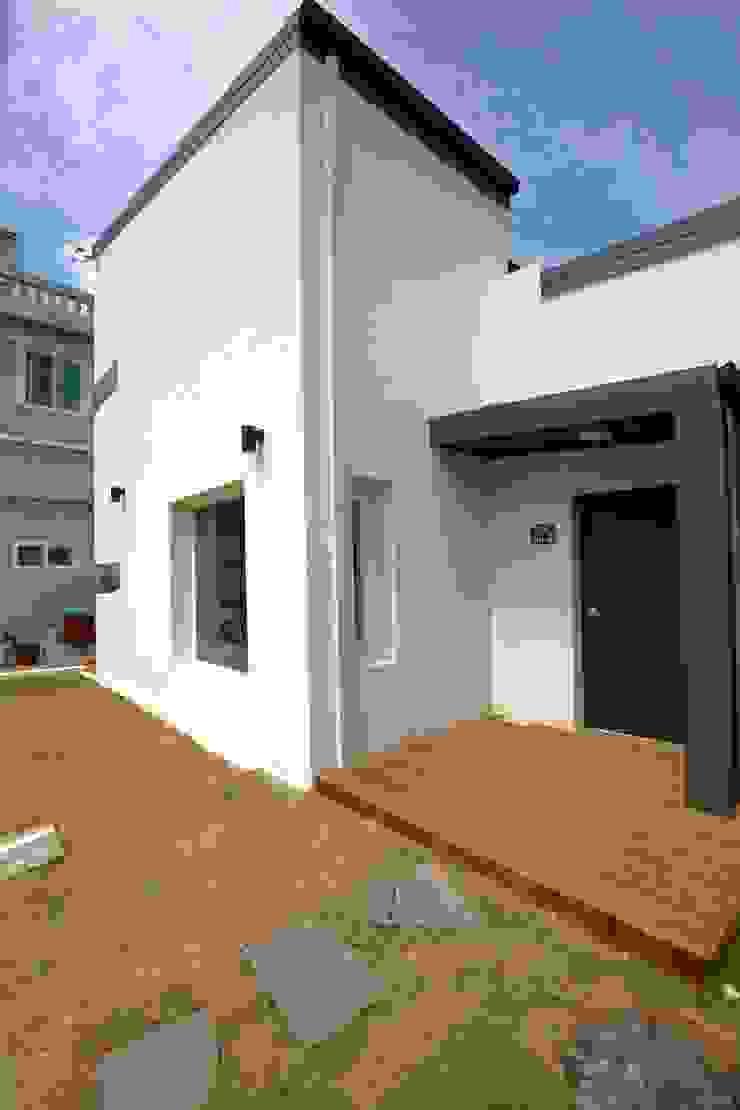 """interior & architecture by INARK 인아크 건축 설계 인테리어 디자인 대구 평리동 """"까꿍하우스"""" 모던스타일 정원 by inark [인아크 건축 설계 디자인] 모던"""