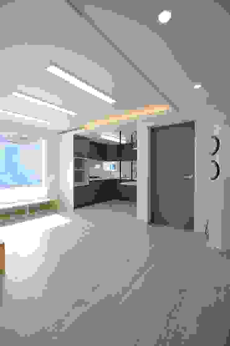 """interior & architecture by INARK 인아크 건축 설계 인테리어 디자인 대구 평리동 """"까꿍하우스"""" 모던스타일 거실 by inark [인아크 건축 설계 디자인] 모던"""