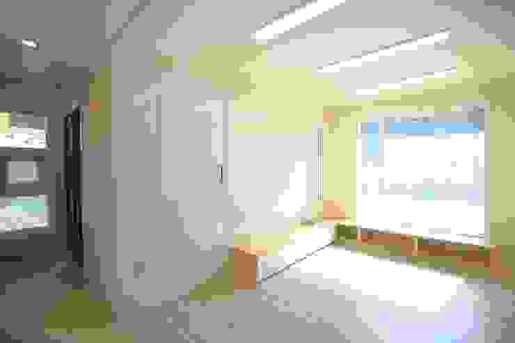 现代客厅設計點子、靈感 & 圖片 根據 inark [인아크 건축 설계 디자인] 現代風
