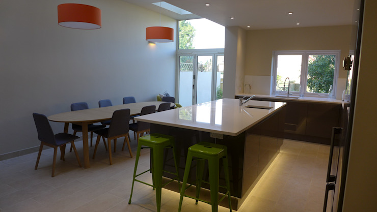 Gloss grey kitchen island in side return extension Moderne Küchen von Style Within Modern