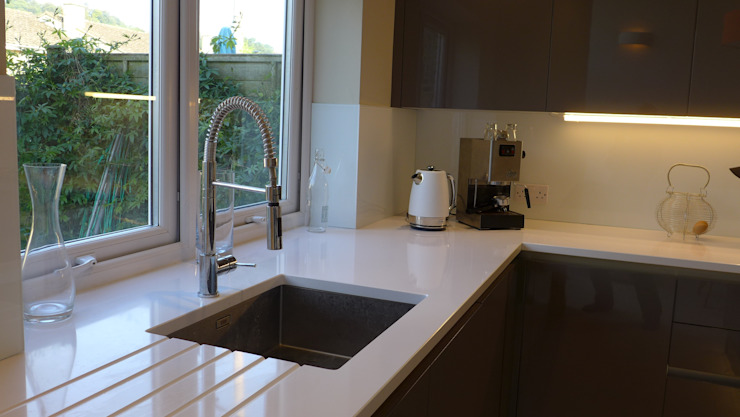 White quartz worktop with undermount sink Moderne Küchen von Style Within Modern