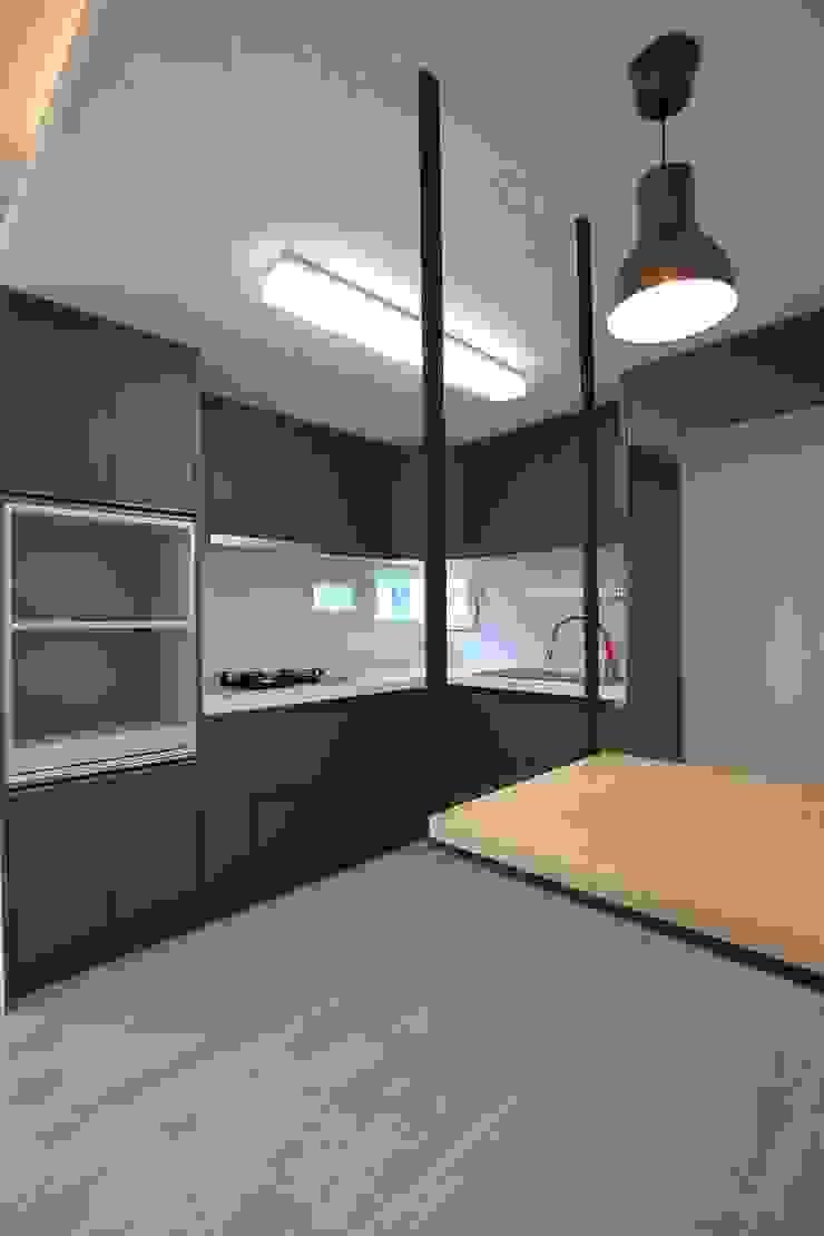 """interior & architecture by INARK 인아크 건축 설계 인테리어 디자인 대구 평리동 """"까꿍하우스"""" 모던스타일 주방 by inark [인아크 건축 설계 디자인] 모던"""