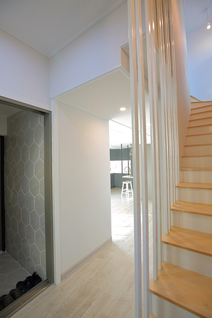 "interior & architecture by INARK 인아크 건축 설계 인테리어 디자인 대구 평리동 ""까꿍하우스"" 모던스타일 복도, 현관 & 계단 by inark [인아크 건축 설계 디자인] 모던"