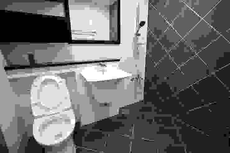 """interior & architecture by INARK 인아크 건축 설계 인테리어 디자인 대구 평리동 """"까꿍하우스"""" 모던스타일 욕실 by inark [인아크 건축 설계 디자인] 모던"""