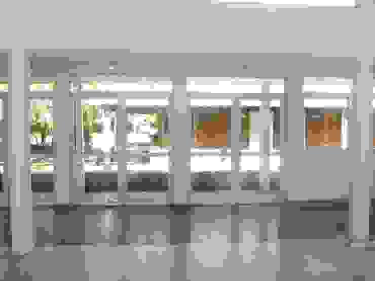 Salón ingreso Salas multimedia modernas de Lineasur Arquitectos Moderno Cerámico