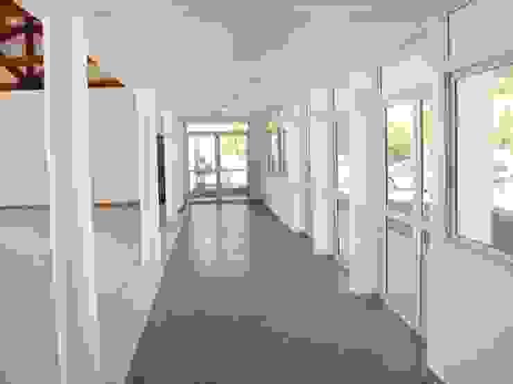 Salon Salas multimedia modernas de Lineasur Arquitectos Moderno Cerámico
