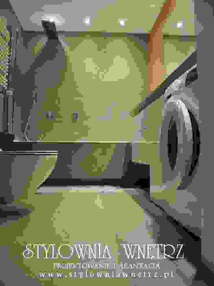 MIESZKANKO W BIELI I DREWNIE Stylownia Wnętrz Nowoczesna łazienka Płytki Szary