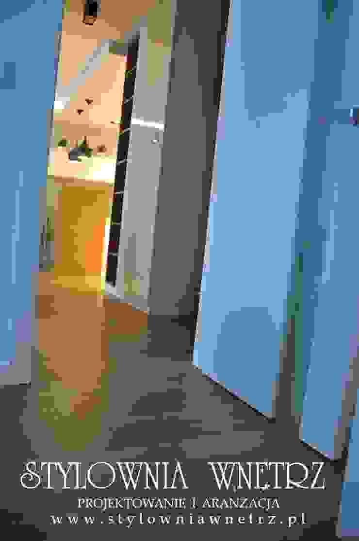 Stylownia Wnętrz Modern corridor, hallway & stairs MDF White