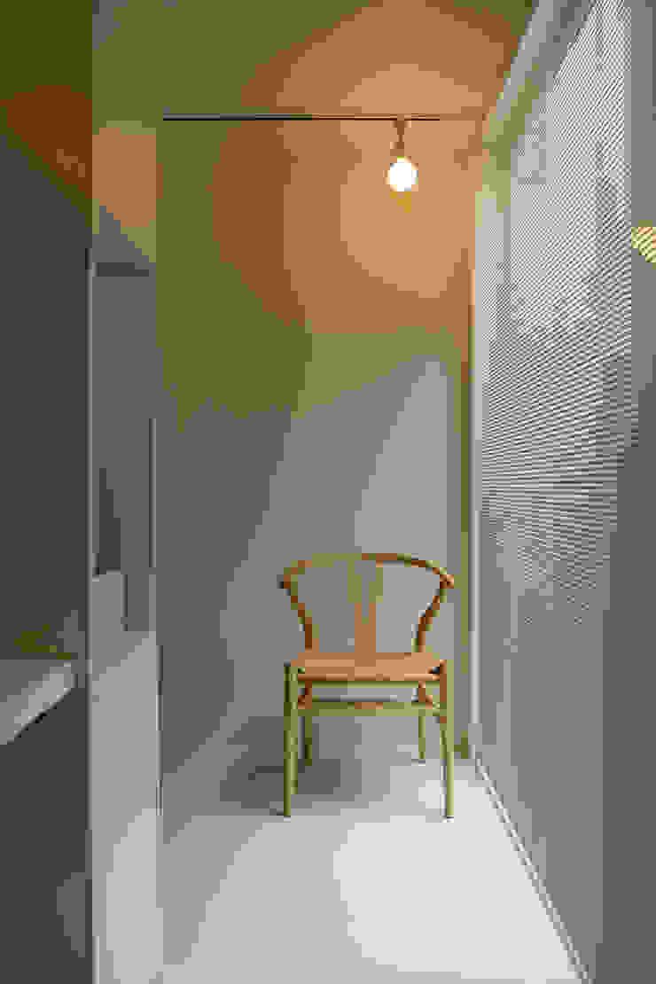 K邸ー白い箱の美容室 モダンスタイルの 玄関&廊下&階段 の C-design吉内建築アトリエ モダン
