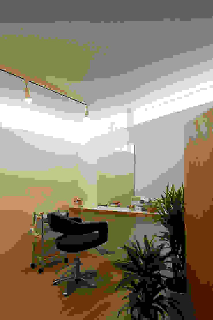 K邸ー白い箱の美容室 モダンデザインの 書斎 の C-design吉内建築アトリエ モダン