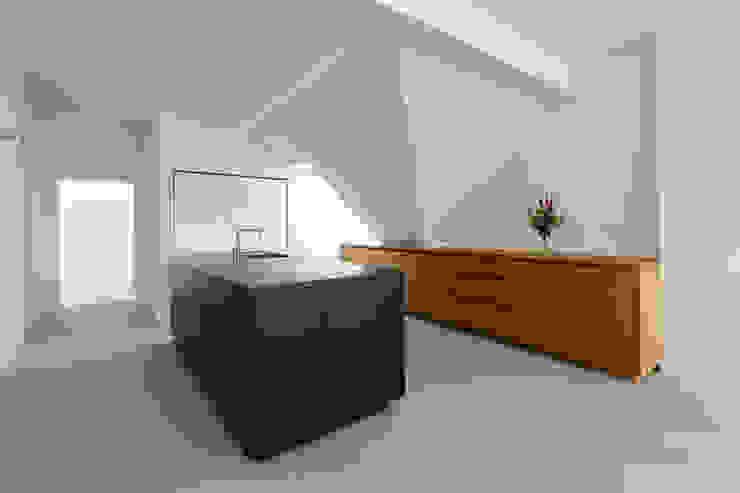 DER RAUM Modern kitchen Black