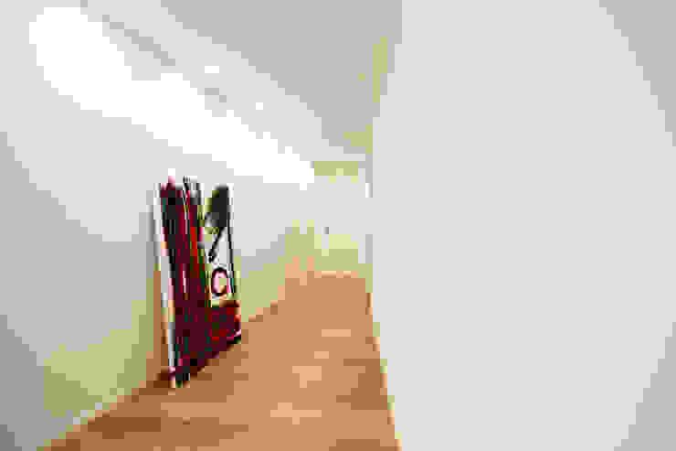 Minimalist corridor, hallway & stairs by Ad'A Minimalist Wood Wood effect
