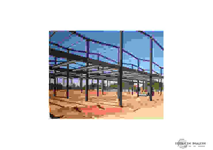 Bahia Comercial - em construção: montagem da estrutura metálica — em Pemba, Cabo Delgado. por Esfera de Imagens Lda