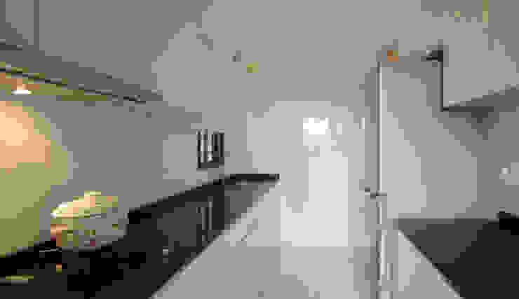 Dawson Renovation:  Kitchen by Designer House,