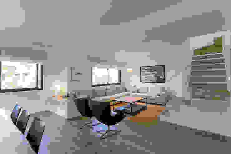 Soggiorno minimalista di dom arquitectura Minimalista