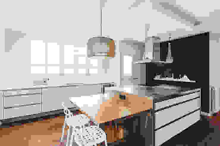 Modern style kitchen by dom arquitectura Modern