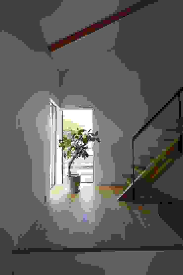 T邸ー屋根窓の家 北欧スタイルの 玄関&廊下&階段 の C-design吉内建築アトリエ 北欧