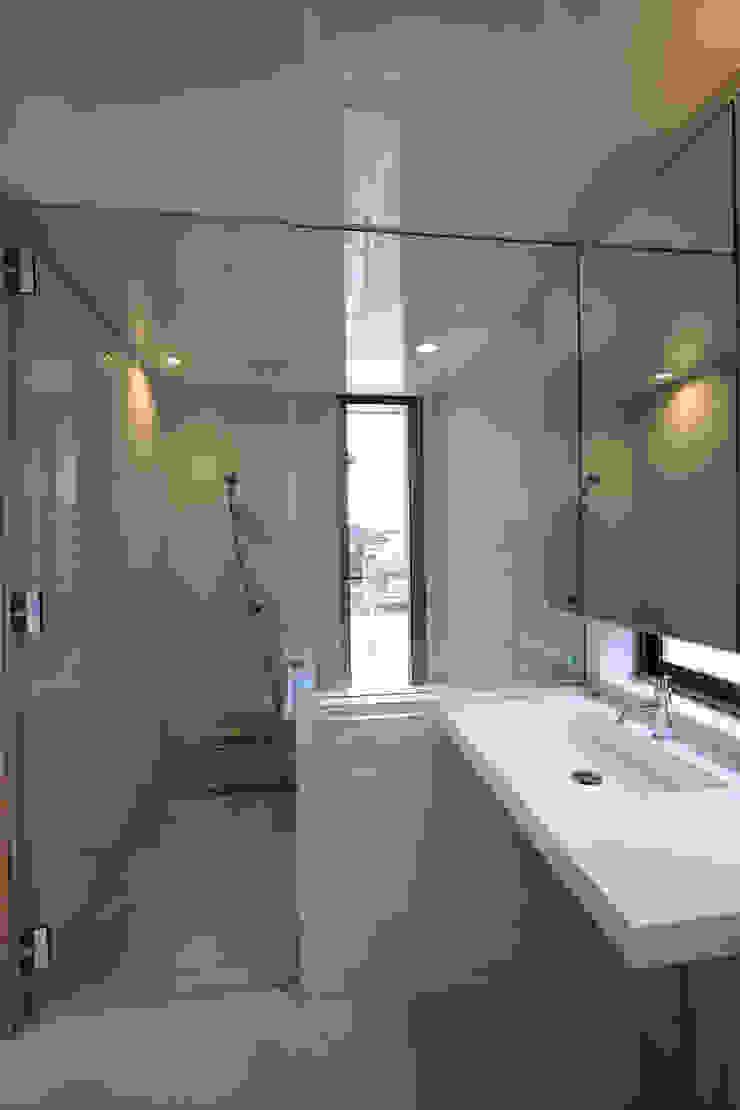 T邸ー屋根窓の家 北欧スタイルの お風呂・バスルーム の C-design吉内建築アトリエ 北欧
