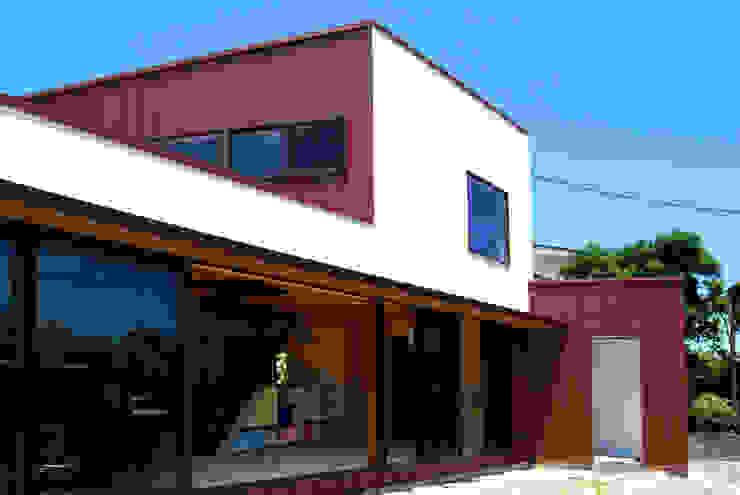 赤いガルバリウムの家 モダンな 家 の BDA.T / ボーダレスドロー モダン