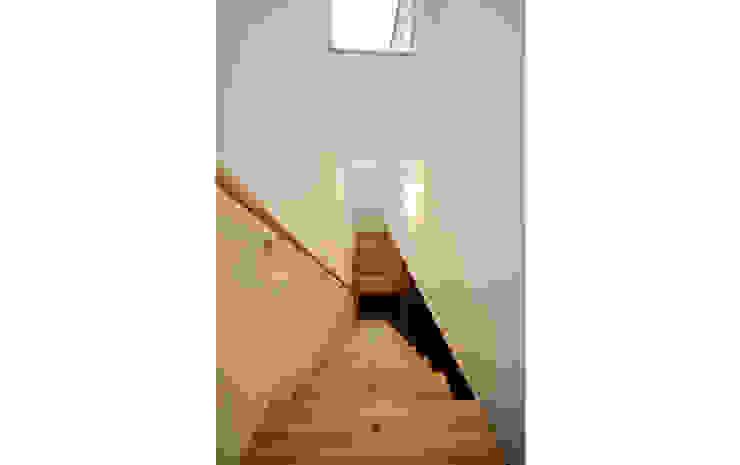 光の降る家: 株式会社Fit建築設計事務所が手掛けた廊下 & 玄関です。