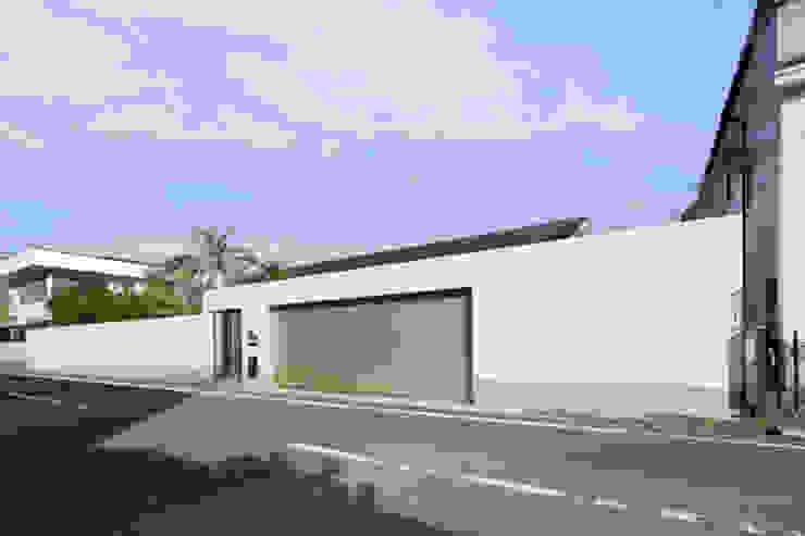 庭と瓦屋根の平屋 モダンな 家 の 株式会社Fit建築設計事務所 モダン タイル