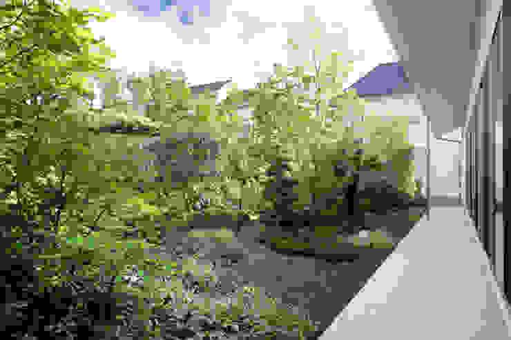 庭と瓦屋根の平屋 モダンな庭 の 株式会社Fit建築設計事務所 モダン タイル