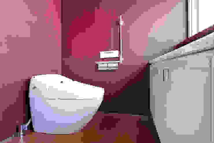 庭と瓦屋根の平屋 モダンスタイルの お風呂 の 株式会社Fit建築設計事務所 モダン 木 木目調