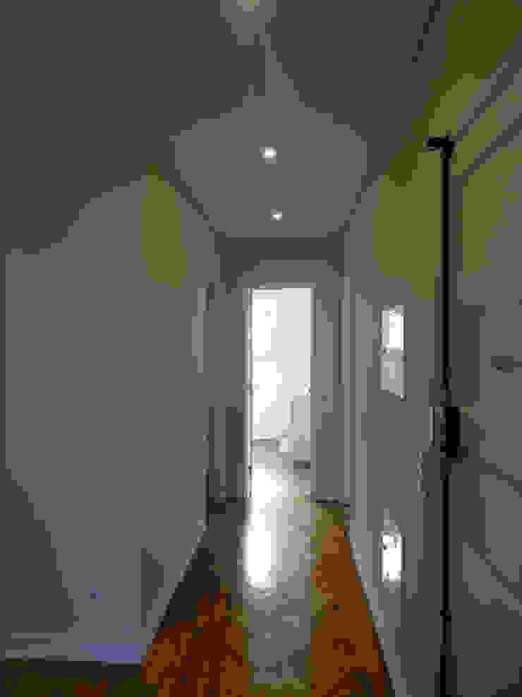 Nowoczesny korytarz, przedpokój i schody od Happy Ideas At Home - Arquitetura e Remodelação de Interiores Nowoczesny