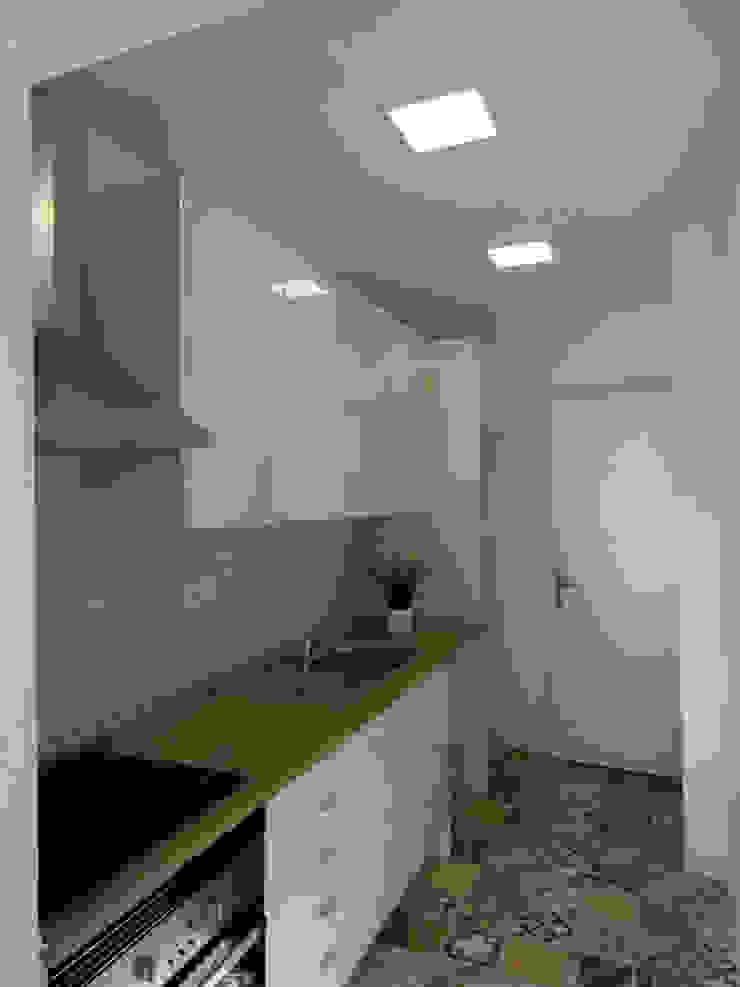 Nowoczesna kuchnia od Happy Ideas At Home - Arquitetura e Remodelação de Interiores Nowoczesny