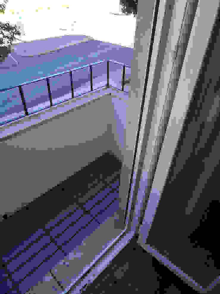 Nowoczesny balkon, taras i weranda od Happy Ideas At Home - Arquitetura e Remodelação de Interiores Nowoczesny