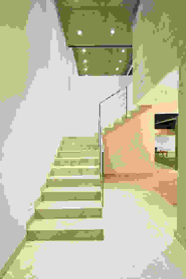 Casa CSG Pasillos, vestíbulos y escaleras modernos de IX2 arquitectura Moderno
