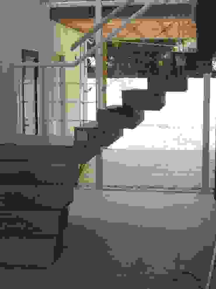Estudio Damiani Modern corridor, hallway & stairs